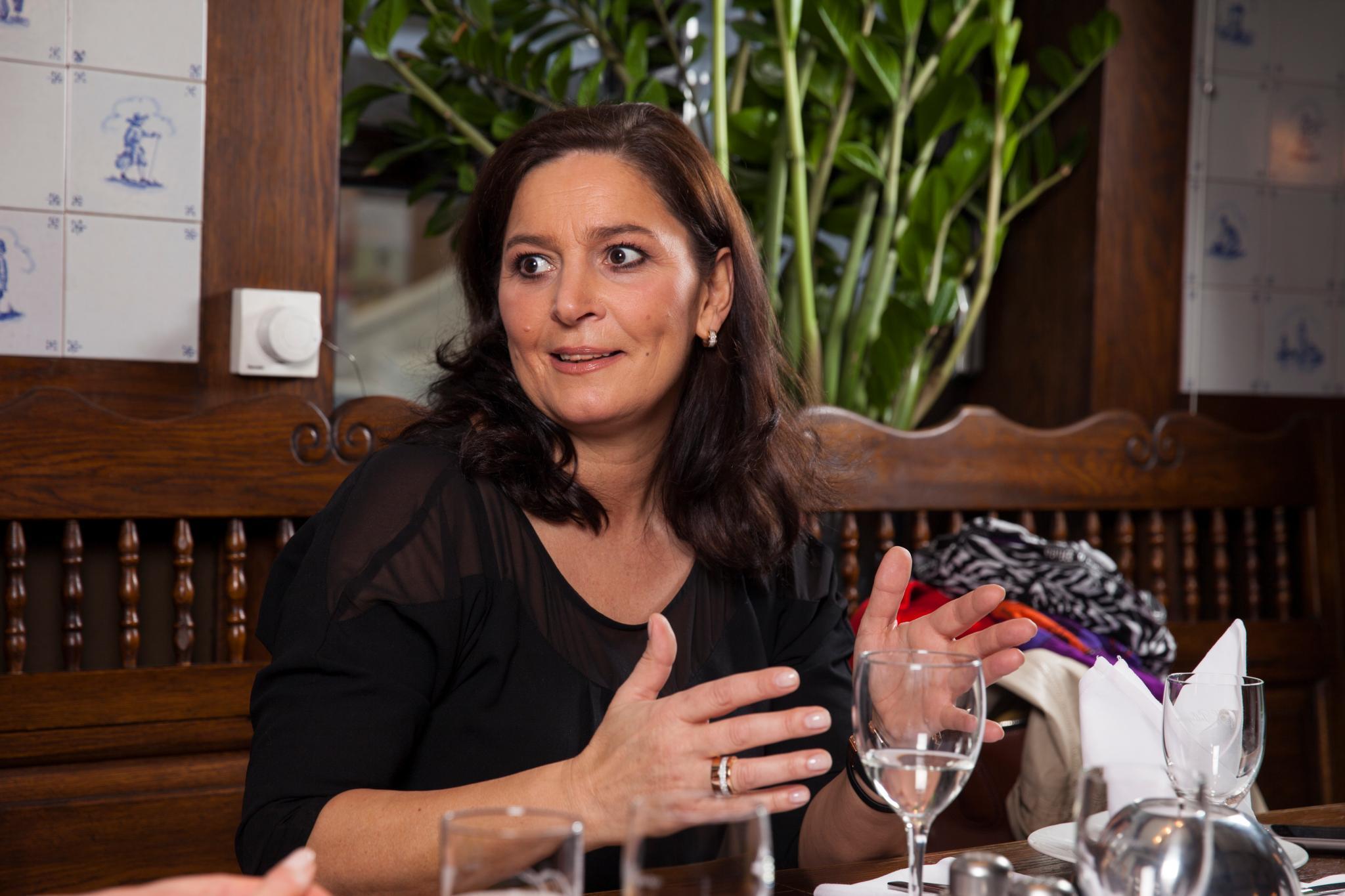 Bettina Michel regelt alle familienrechtlichen Angelegenheiten für ihren Vater, wie auch die Scheidung von seiner letzten Frau Britta. Entgegen den Gerüchten wurde Rudi Assauer nicht entmündigt. Eine Vorsorgevollmacht haben seine Sekretärin Sabine Söldner und ein Medizinerfreund übernommen.
