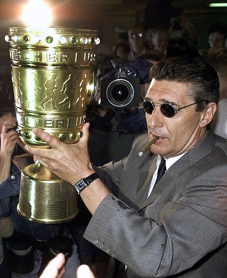 Assauer der Lebemann: 2001 mit dem DFB-Pokal seines Vereins Schalke 04 und ganz stilecht mit Zigarillo.