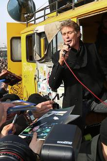 """David Hasselhoff singt wieder """"Looking For Freedom"""" vor der Mauer."""