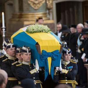 Die königliche Familie von Schweden schaut zu, während am Ende der Trauerfeier der Sarg der verstorbenen Prinzessin Lilian aus der Kirche getragen wird.
