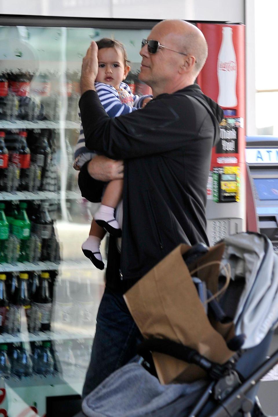Zärtlich hält Bruce Willis beim Bummel durch eine Shoppingmall in L. A. seine Mabel im Arm.