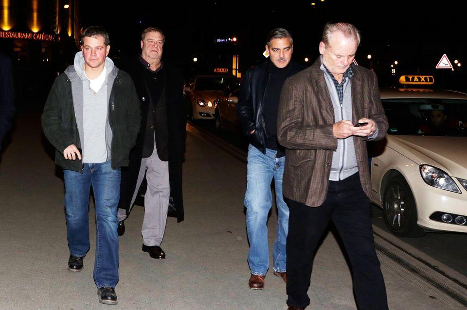 """Party mit Kumpels: Bevor Stacy nach Berlin kam, zog Clooney mit seinen Freunden und Kollegen Matt Damon, John Goodman und Bill Murray um die Häuser. Drinks an der Bar des Hotels """"Soho House"""" und Sport schauen via Computer gehörten ebenso zum Männerprogramm."""