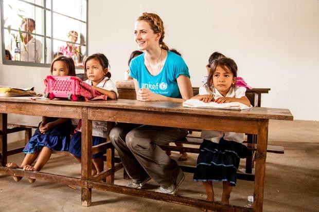 Lernen fürs Leben: Eva Padberg in der Grundschule Kar h Kul. Unicef hat hier Latrinen gebaut, für die das Wasser aus dem Brunnen genutzt wird.