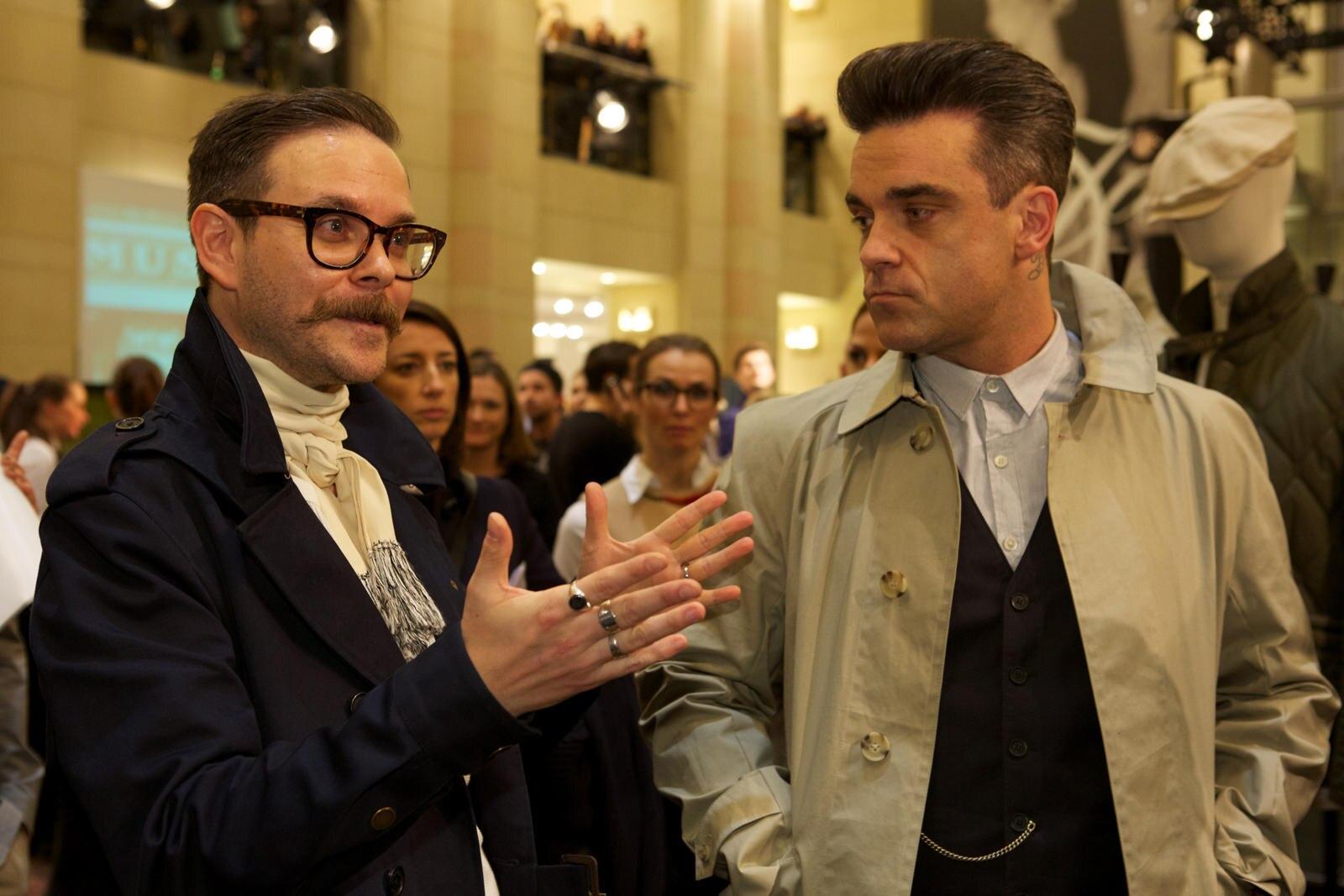 Robbie Williams mit Ben Dickens, Creative Director von Farrell