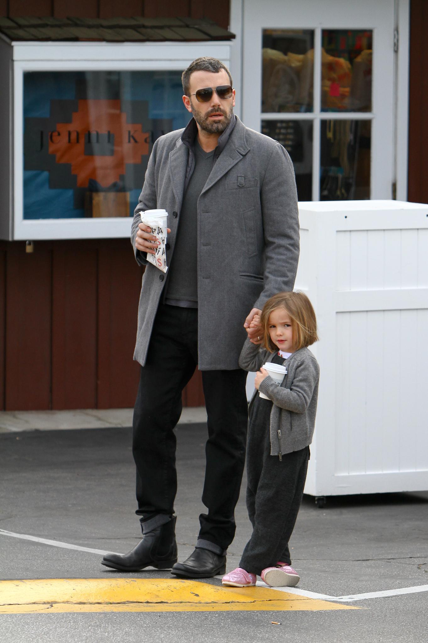 Seraphina Affleck ist mit ihrem Vater Ben Affleck in Brentwood unterwegs und zeigt sich zum ersten Mal mit neuer Frisur.