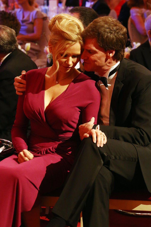 Liebe im Rampenlicht  Veronica Ferres und ihr Verlobter Carsten Maschmeyer genießen einen innigen Moment beim Semper Opernball in Dresden Anfang Februar.