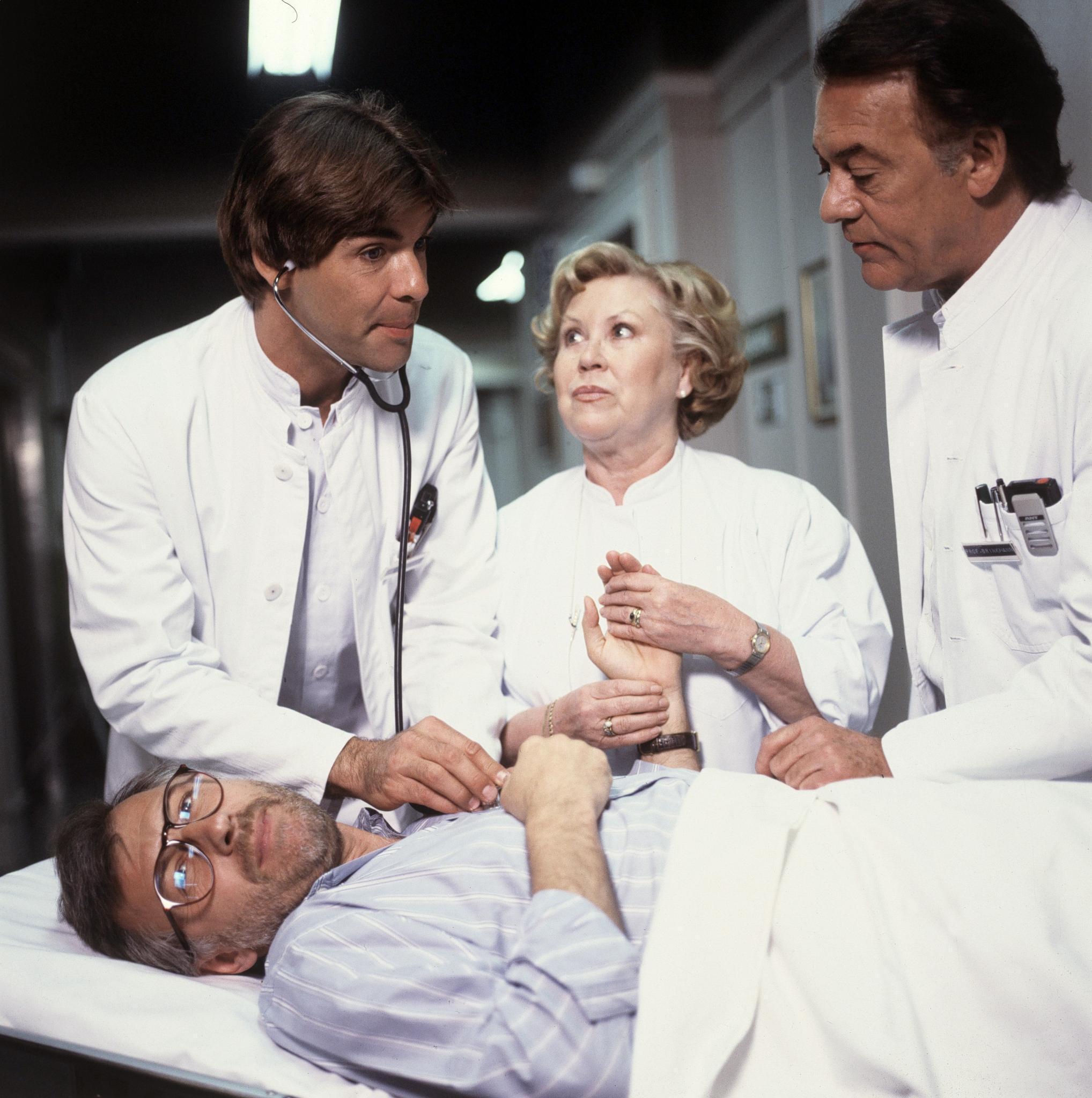 Als Dr. Udo Brinkmann in der Schwarzwaldklinik, hier mit Serienvater Klausjürgen Wussow und Schwester Hildegard (Eva Maria Bauer), rettete Sascha Hehn Leben und brach Herzen.