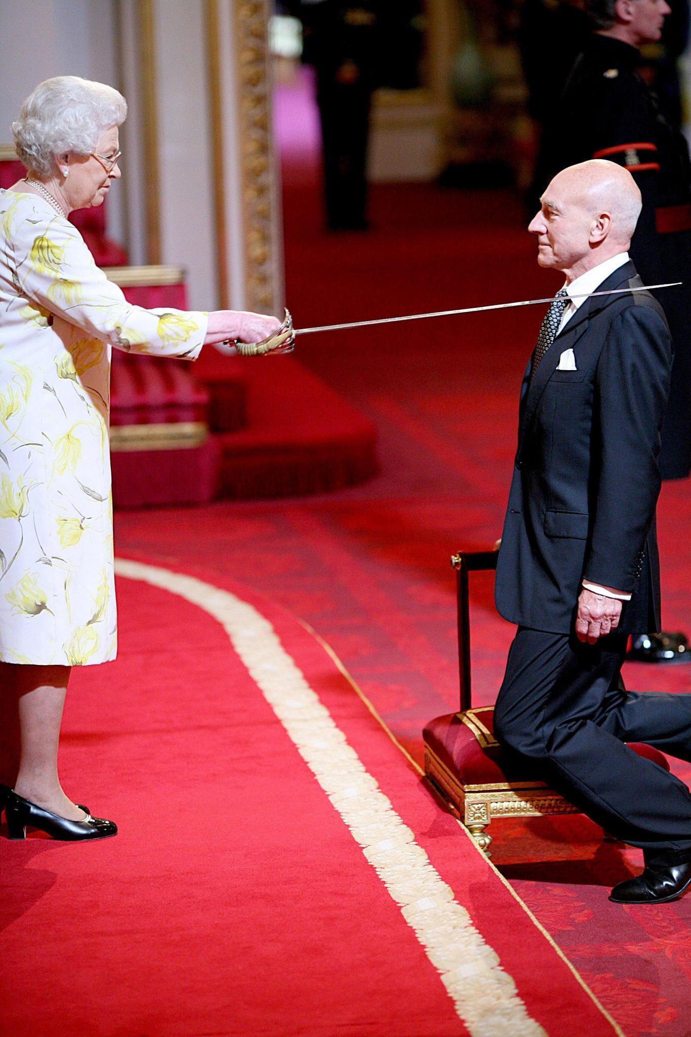 """Vor der Queen geht selbst ein """"Star Trek""""-Kapitän in die Knie: Patrick Stewart erhielt Anfang 2010 den Ritterschlag."""