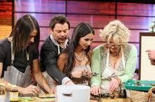 Promikochen im TV: Die Kandidaten Jorge Gonzales, Ingo Appelt, Sila Sahin und Saskia Vester bereiten sehr konzentriert ihr Sushi zu.