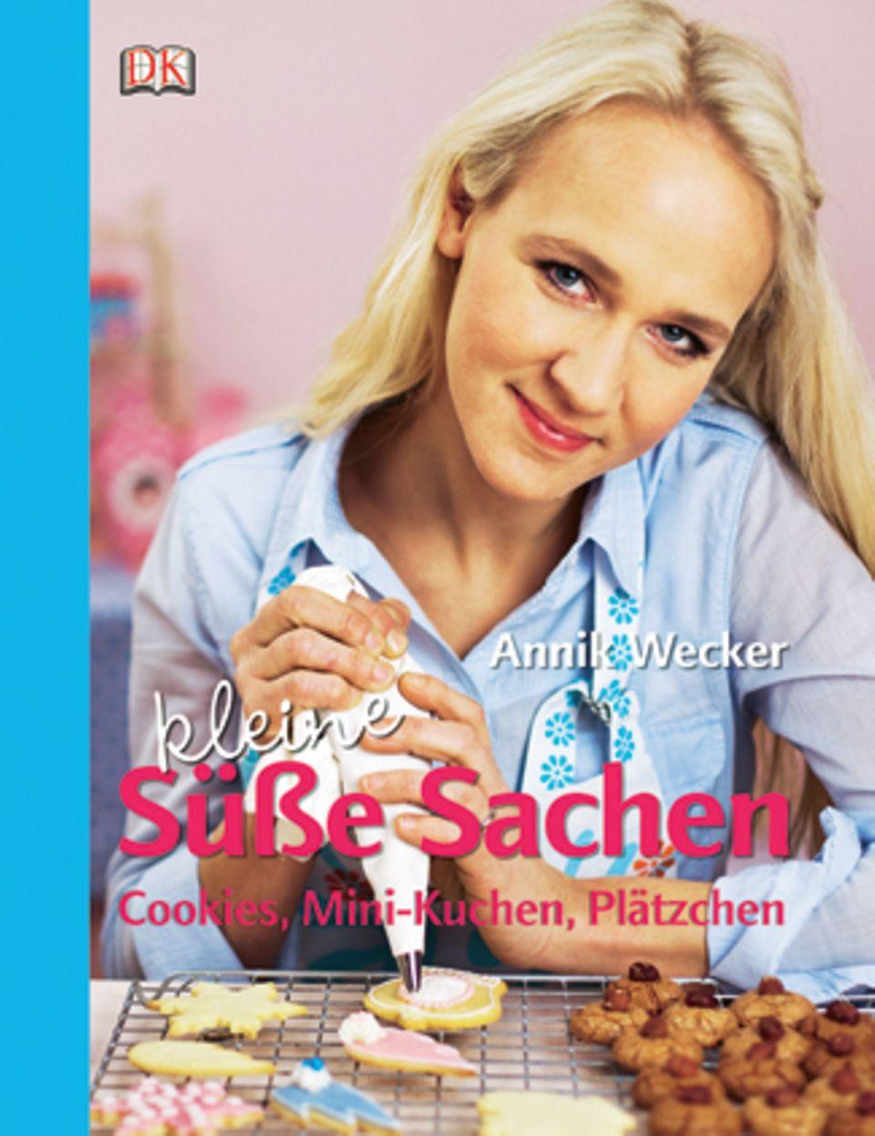 """""""Klein und köstlich"""" lautet die Devise von Annik Weckers neuestem Buch. Die passionierte Bäckerin verrät ihre Rezepte für handliche Knuspereien wie Crinkle Cookies, Banoffee-Mini-Tartelettes und Buttermilch-Muffins. Dazu gibt es ganz persönliche Geling-Tipps. Ran an den Ofen! (""""Annik Wecker - Kleine Süße Sachen"""", Dorling Kindersley Verlag, 192 S., 19,95 Euro)"""