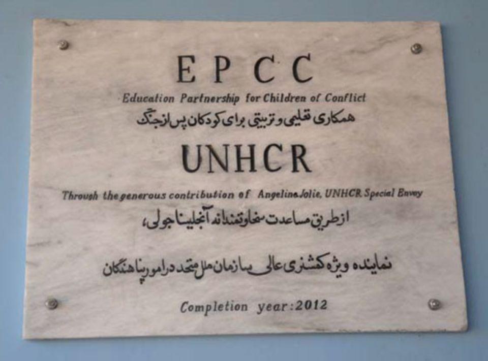 """Dieses Schild an einer Mädchengrundschule in einem Dorf nahe Kabul würdigt die Spender: UNHCR-Botschafterin Angelina Jolie und ihre Organsaition """"Education Partnership for Children of Conflict"""" (EPPC) machten Schulunterricht für mehrere hundert Mädchen möglich, die sonst auf Bildung hätten verzichten müssen."""