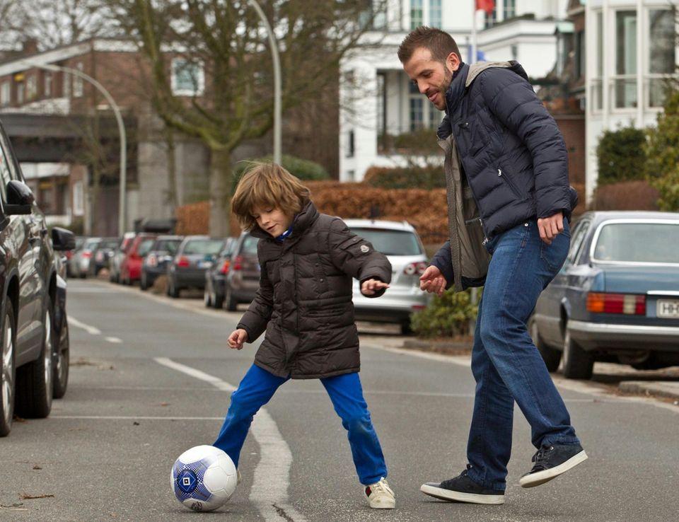 Vorzeigepapa: Rafael van der Vaart, 30, spielt mit Sohn Damian, 6, Fußball vor seinem Haus in Winterhude. Das Bild ließ Rafael von einem Fotografen schießen, den er seit vielen Jahren kennt. Der Fußballstar möchte zeigen, dass er trotz der Ehe-Auszeit seine Vaterrolle ernst nimmt und sich liebevoll um den Jungen kümmert.