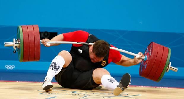 Schrecksekunde: Bei der Olympiade 2012 fällt Matthias Steiner eine 196 Kilo schwere Hantel in den Nacken.