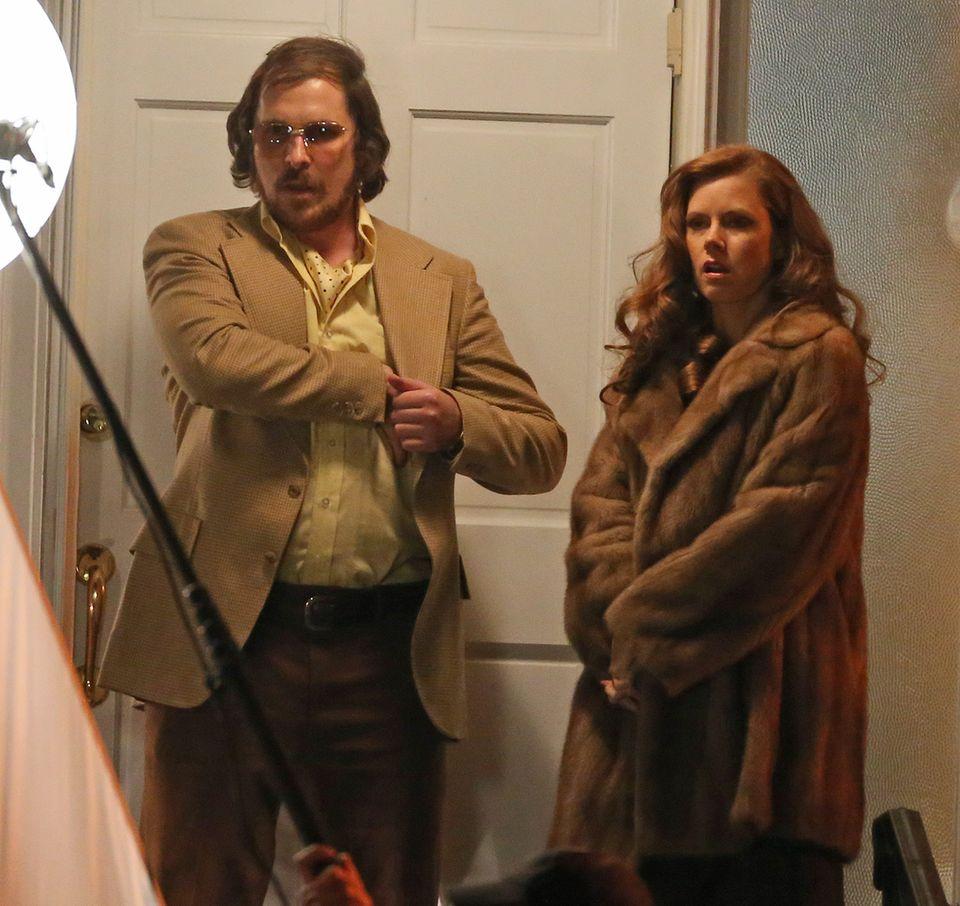 """Christian Bale als Hochstapler """"Melvin Weinberg"""" und Amy Adams als seine Freundin """"Maxine Gardner"""" bei den Dreharbeiten für David O. Russells neuen Film."""