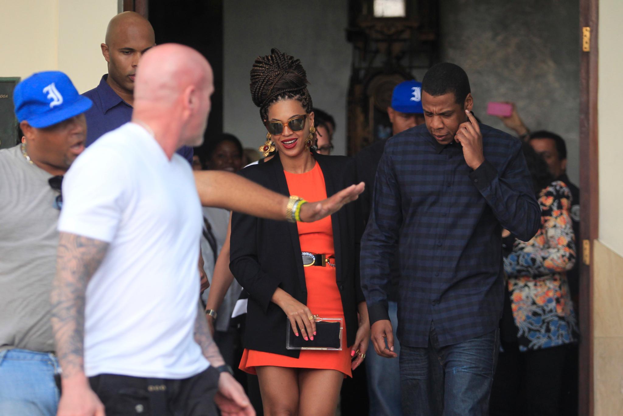 Von Bodyguards umringt, treffen Beyoncé und Jay-Z beim Verlassen ihres Hotels auf viele Fans.