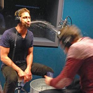 Gerard Butler bespuckt Radio-Sidekick Chris Stark mit Wasser.