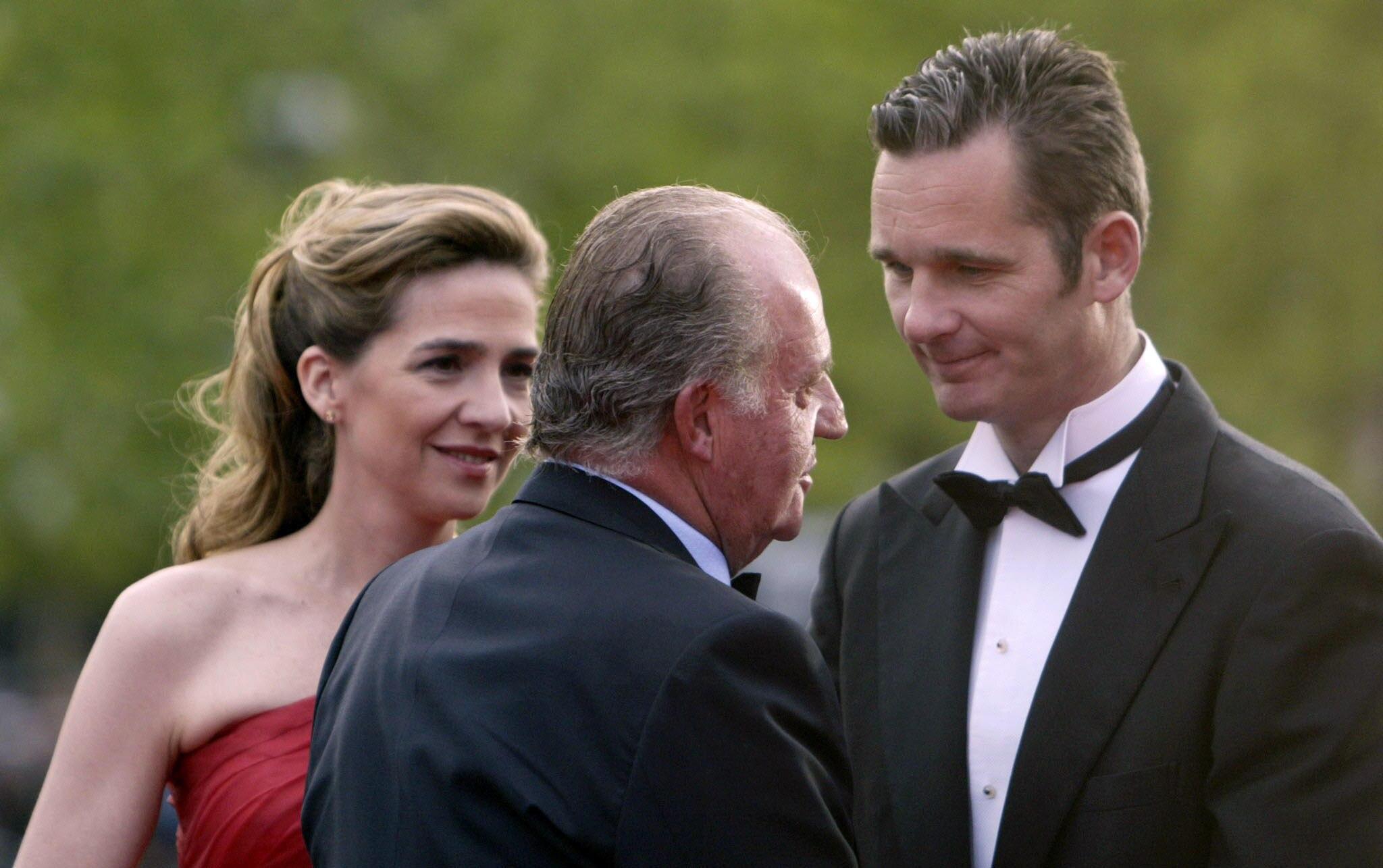 Gefallene Lieblinge: Sportfan Juan Carlos begrüßte 1997 die Heirat seiner Tochter Cristina mit Handballer Iñaki Urdangarin (bei einem Event 2006). Inzwischen wurde Urdangarin von der königlichen Webseite entfernt.