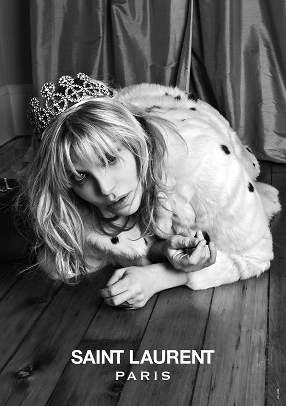 """Für """"Music Project"""", die aktuelle Kampagne von Saint Laurent Paris, fotografierte Hedi Slimane gleich mehrere Rockstars. Hier ein Foto von Courtney Love mit Krone."""
