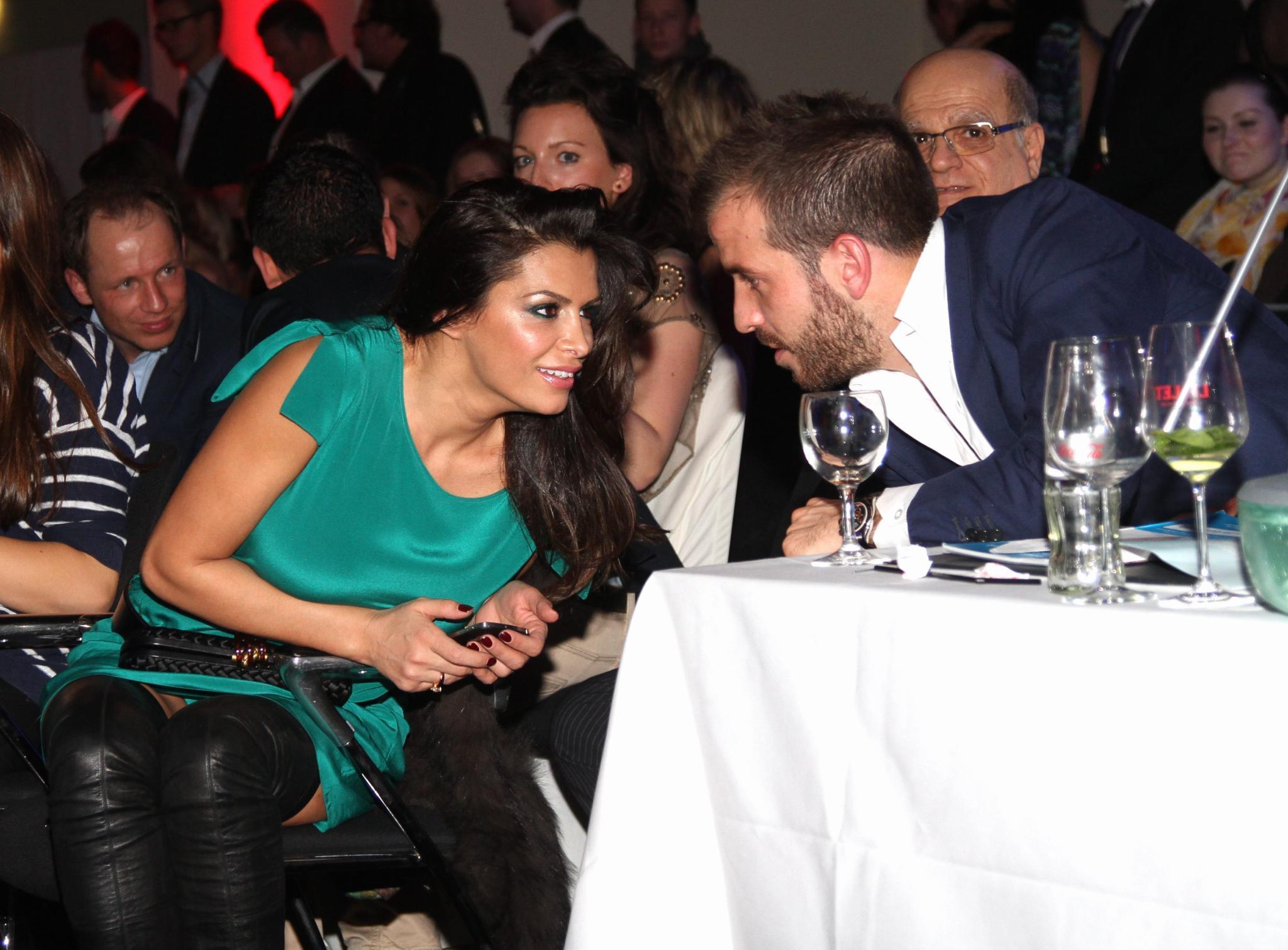 """Am 8. Dezember sitzt Rafael van der Vaart bei der """"Miss & Mister Hamburg Wahl"""" in der Jury. An seiner Seite: Sabia Boulahrouz, die ständig mit ihm flirtet. Sylvie ist an diesem Abend in London, besucht die """"Noble Gift Gala"""" mit Eva Longoria."""