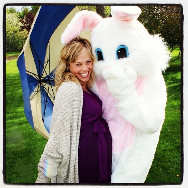 Kevin Richardsons Frau Kristin posiert auf diesem Foto mit einem Riesenhasen - passend dazu die Twitternachricht des Musikers, dass er und seine Frau vom Osterhasen dieses Jahr ein besonderes Ei bekommen hätten - eine Bekanntgabe, dass ein zweites Baby unterwegs ist.