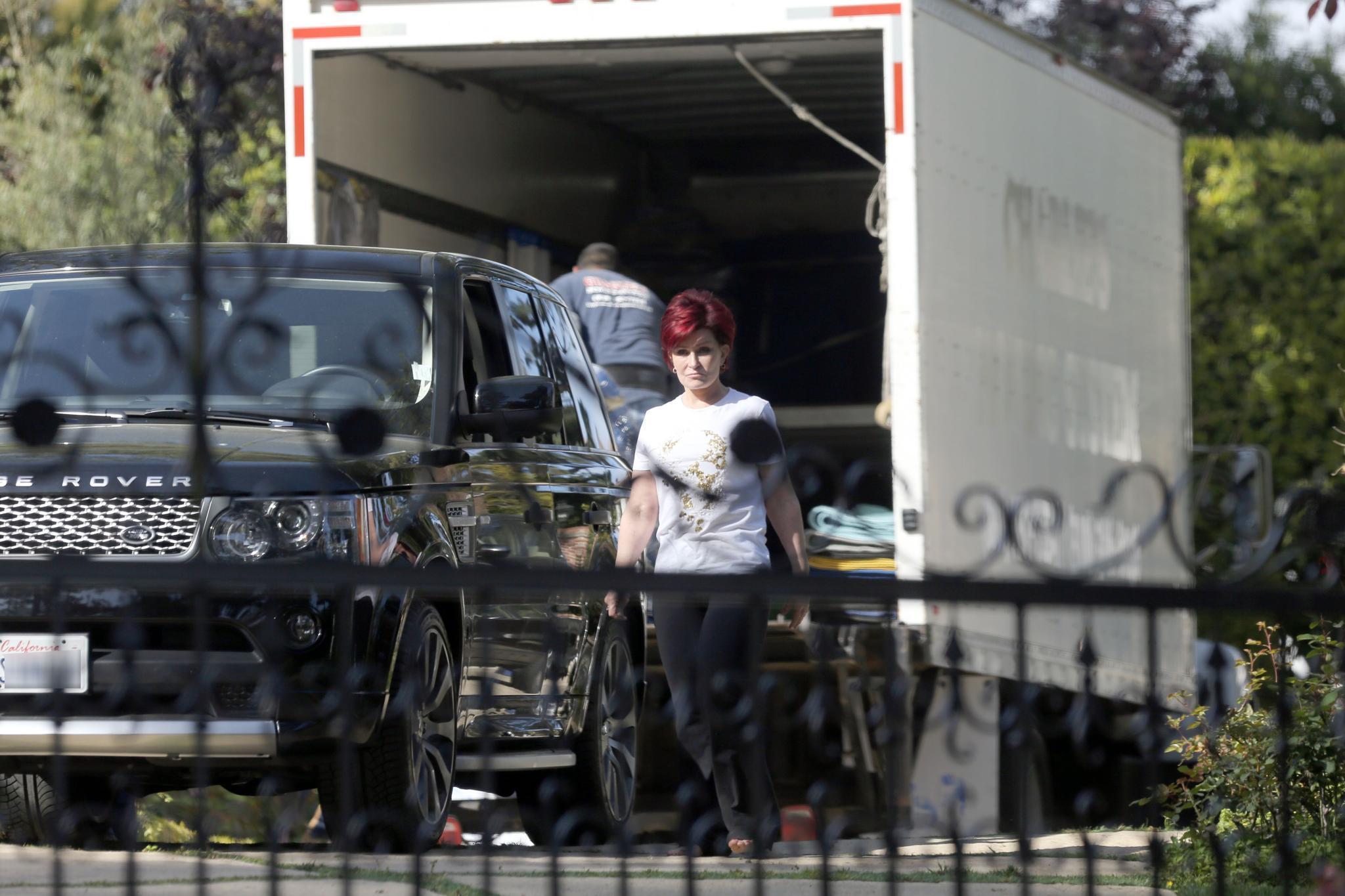 Auch wenn eine Scheidung derzeit angeblich nicht zur Debatte steht, ist Sharon Osbourne aus dem gemeinsamen Haus mit ihrem Mann Ozzy vorerst ausgezogen. Fotos vom 14. April zeigen sie mit Möbelpackern und Umzugswagen in Beverly Hills.