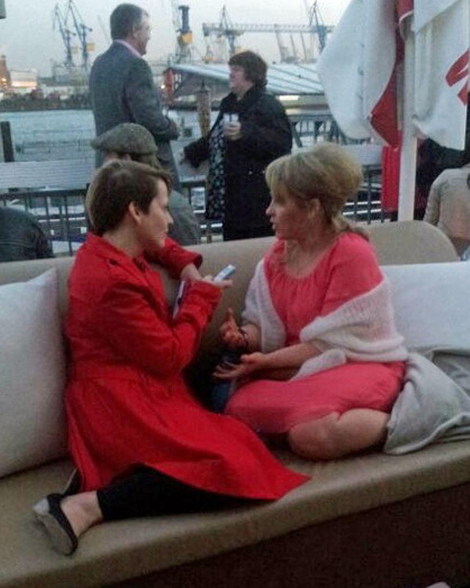 Mit Hafenkulisse: Maite Kelly und Gala.de-Redakteurin Ines Weißbach haben es sich fürs Interview gemütlich gemacht.