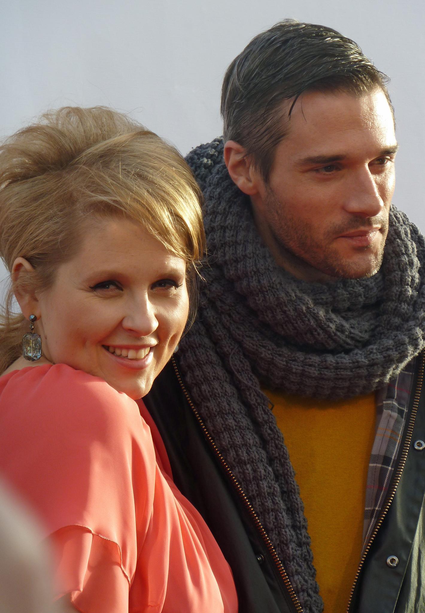 Maite Kelly posiert mit ihrem Ehemann Florent Raimond bei der Präsentation ihrer eigenen Modekollektion.