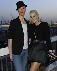 Sarah Kern designt auch Mode für große Größen und guckt sich die Modenschau mit ihrem persönlichen Assistenten Vico Mulsow an. Der stand bis vor kurzem übrigens noch bei Harald Glööckler in Lohn und Brot.