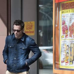 Ryan Reynolds hat in Berlin in einem Discounter eingekauft.