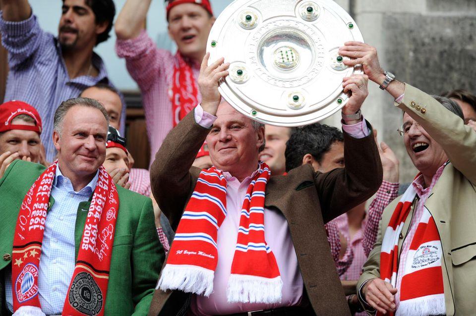 """""""Mir san die Grössten""""   So feiert Hoeneß am liebsten: mit Meisterschale. Nach zwei eher mauen Jahren haben die Bayern jetzt die Chance, Vereinsgeschichte zu schreiben. So ausgelassen wie 2010 wird die Party für ihn dieses Jahr wohl nicht."""