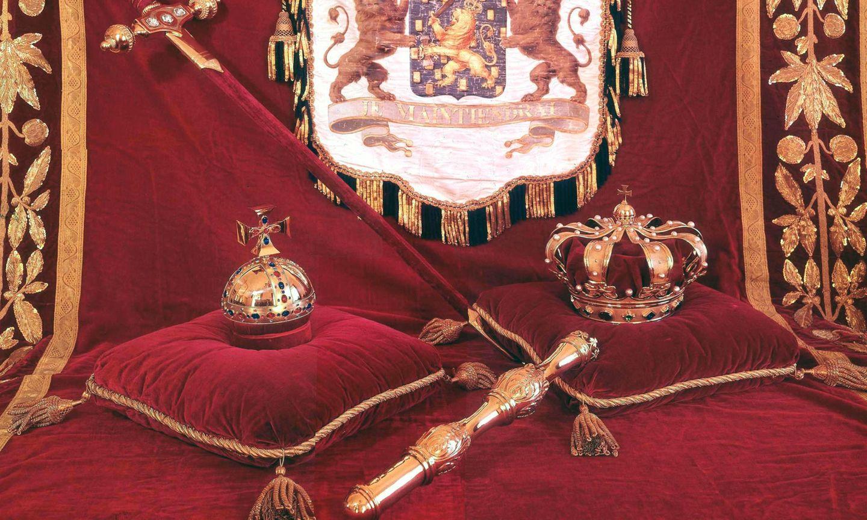 Die königlichen Insignien: Krone, Zepter und Reichsapfel.