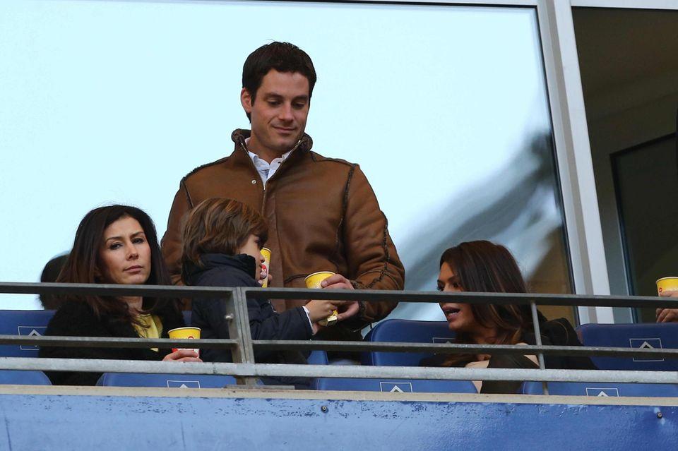 Auch in Hamburg wird weitergespielt: Rafael van der Vaart schoss den HSV zum Sieg - mit Unterstützung der erweiterten Familie in der VIP-Lounge: Sabia (r.), ihre Schwester Lydia und Rafaels Sohn Damian.