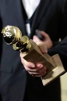 Golden-Globe-Statue in den Händen von Christoph Waltz (Jan 2013)