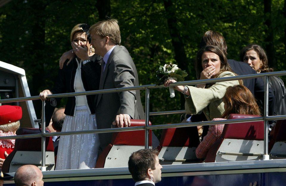 Blutiger Anschlag: Entsetzt mussten Máxima und Willem-Alexander mit ansehen, wie am Königinnentag 2009 ein Auto in die Menschenmenge raste und den königlichen Bus knapp verfehlte.
