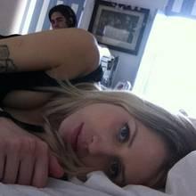 Kurz vor der Geburt ist Peaches Geldof völlig fertig, kann aber noch dieses Bild von sich twittern. Ehemann Tom Cohen sitzt im Hintergrund.
