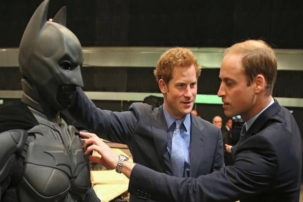 """Die Prinzen Harry und William treffen bei ihrem Besuch der """"Leavesden Studios"""" nahe London auch auf Batman - oder zumindest seine leere Hülle."""