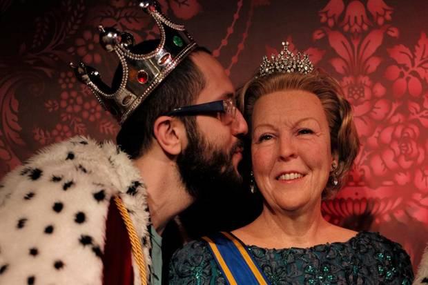 In Amsterdam gehört es im Moment zum Touristen-Standardprogramm, sich mit einer Wachsfigur der scheidenden Königin Beatrix fotografieren zu lassen.