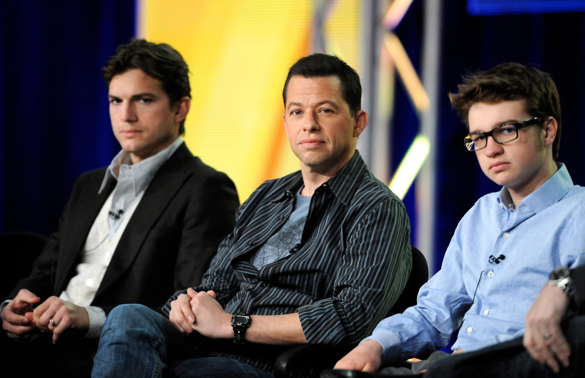 """Die """"Two And A Half Men""""-Darsteller Ashton Kutcher, John Cryer und Angus T. Jones bei einer Pressekonferenz in Pasadena im Januar 2012."""
