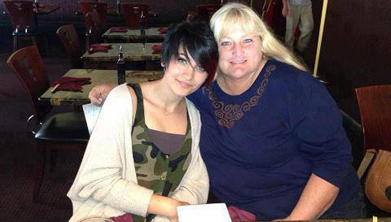 Paris Jackson hat sich ihrer Mutter Debbie Rowe wieder zugewendet.