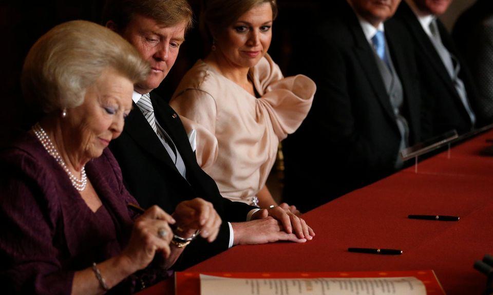 Um 10.08 Uhr am 30. April 2013 unterschreibt Königin Beatrix der Niederlande ihre Abdankungsurkunde.