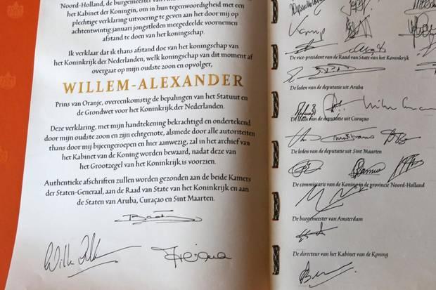 Die unterschriebene Abdankungsurkunde, die Willem-Alexander zum König der Niederlande macht.