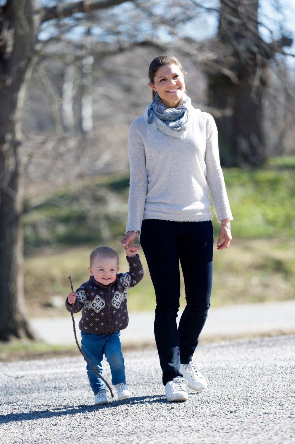 Prinzessin Victoria spaziert mit der kleinen Estelle im Park Haga in Stockholm.