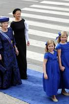 Neue Reihenfolge: Nun dürfen die Prinzessinen-Töchter des neuen Königs, angeführt von der neuen Prinzessin von Oranien, vor ihrer Großmutter, der Prinzessin Beatrix der Niederlande, Räume betreten und verlassen. Nächste in der neuen Reihung: Prinz Constantijn und seine Frau Prinzessin Larentien. Beatrix wird hier noch begleitet von Prinzessin mabel, der Frau von Prinz Friso, der aber nicht mehr Teil der Thronfloge ist.