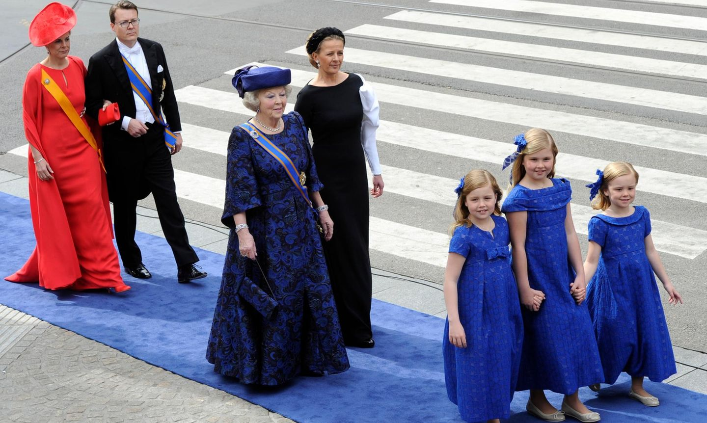 Neue Reihenfolge: Nun dürfen die Prinzessinen-Töchter des neuen Königs, angeführt von der neuen Prinzessin von Oranien, vor ihrer Großmutter - Prinzessin Beatrix der Niederlande -Räume betreten und verlassen. Nächste in der neuen Reihung: Prinz Constantijn und seine Frau Prinzessin Larentien. Beatrix wird hier noch begleitet von Prinzessin Mabel, der Frau von Prinz Friso, der aber nicht mehr Teil der Thronfolge ist.
