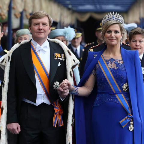 König Willem-Alexander und Königin Máxima verlassen die Nieuwe Kerk nach der Huldigung.