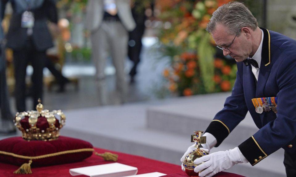 Reichsapfel und Krone sind in der Kirche für die Huldigung Willem-Alexanders als König vorbereitet.