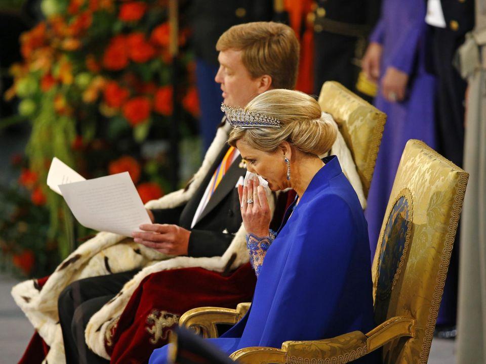 Während der Rede von König Willem-Alexander in der Huldigungszeremonie muss Königin Máxima schon ein bisschen Schluchzen.