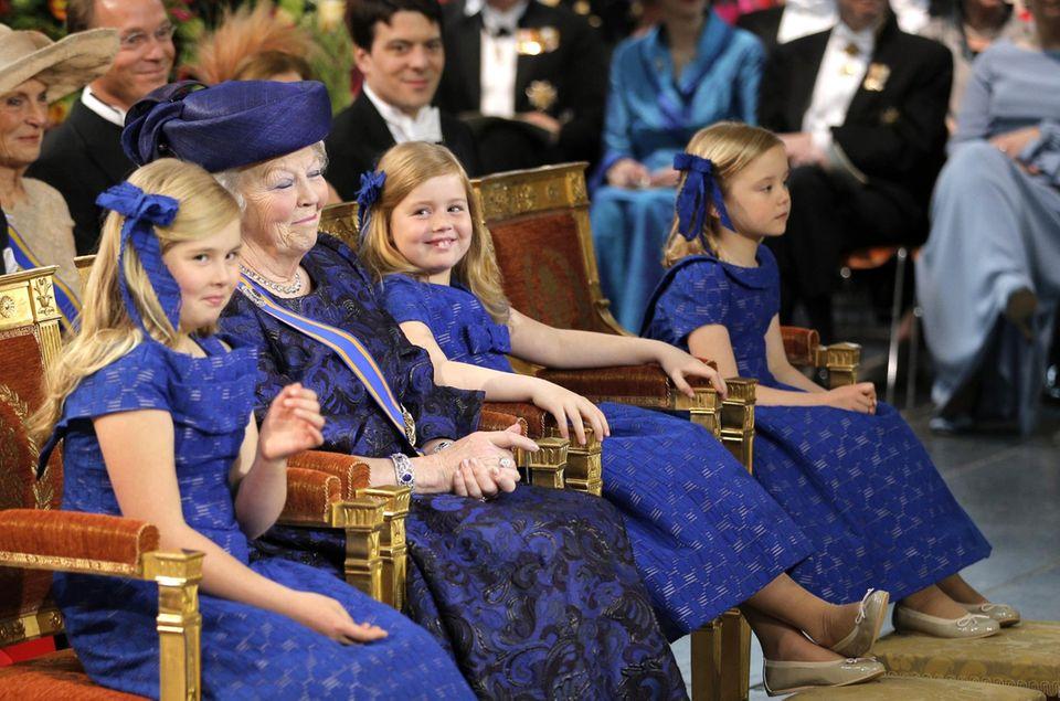 Prinzessinnen unter sich: Amalia, Beatrix und Alexia lachen miteinander. Ariane schaut dem Geschehen zu.