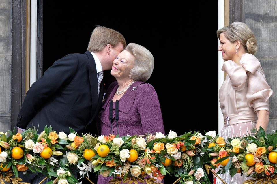 König Willem-Alexander dankt seine Mutter mit einem Kuss.