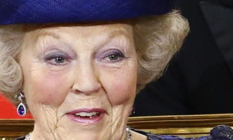 Die frischgebackene Prinzessin Beatrix, ehemals Königin, kann während der religiösen Huldigungszeremoie in der Nieuwe Kerk die Tränen nicht ganz zurückhalten.